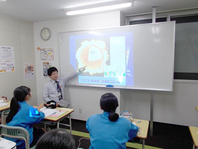 理科・社会の授業ではICTを活用した動画を用いた授業を行っています。