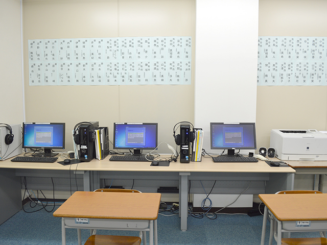 各教室に3台のパソコンを設置しており、解説動画や問題プリントを出力することが出来ます。