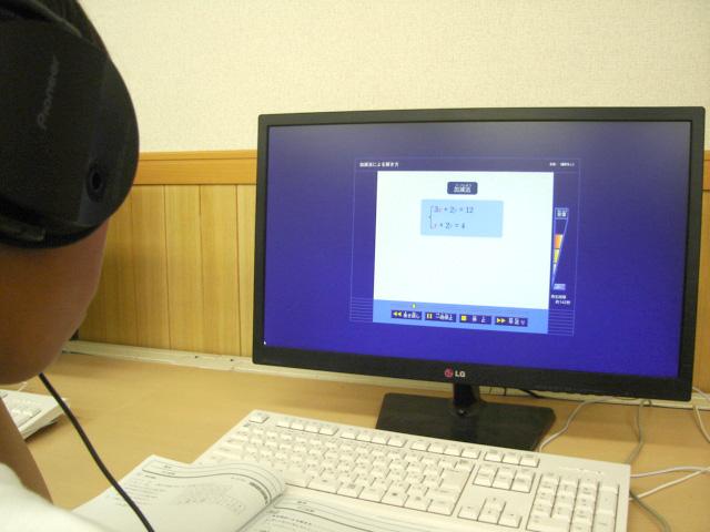 各教室にパソコンが3台ずつ設置されており、動画解説や問題プリントを出力することも可能です。