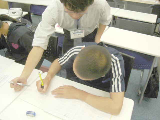 問題演習の時間では、実際に問題を解きながら生徒の理解度に応じてフォローを行います。