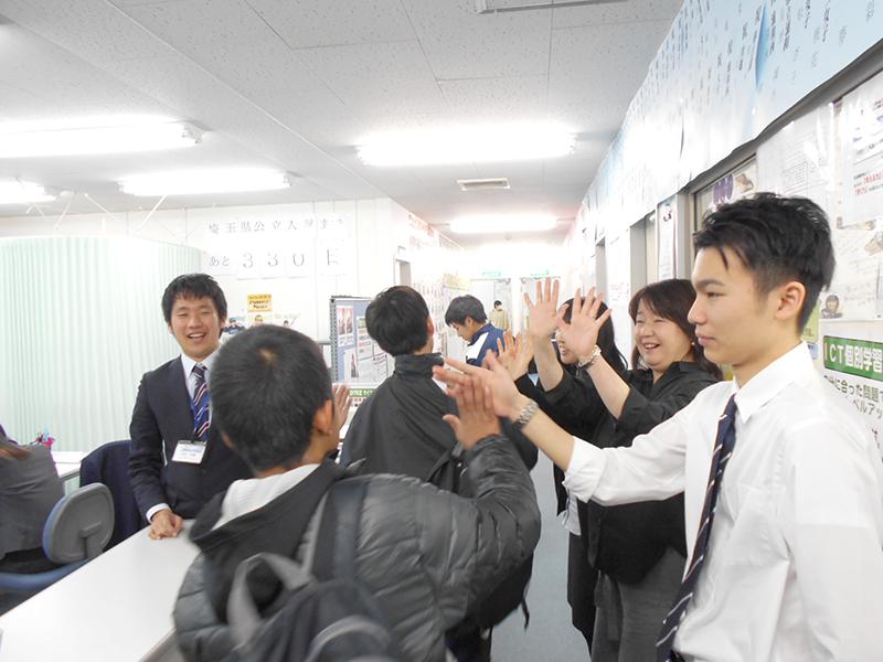生徒さんが登校してきました!スタッフ総出でハイファイブ! 「今日も楽しく勉強頑張ろうネ~!」