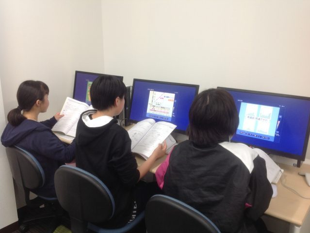 <b>各教室に3台ずつパソコンを設置。いつでも学習ソフトを利用できます。</b>