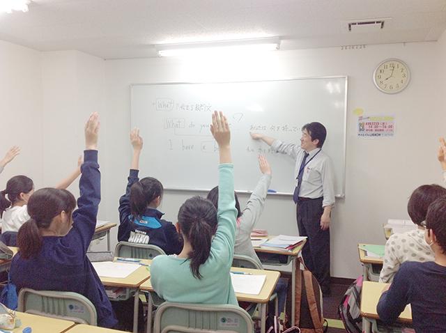 授業の様子です。学校の授業の理解度を深めるために予習先行型となっています。