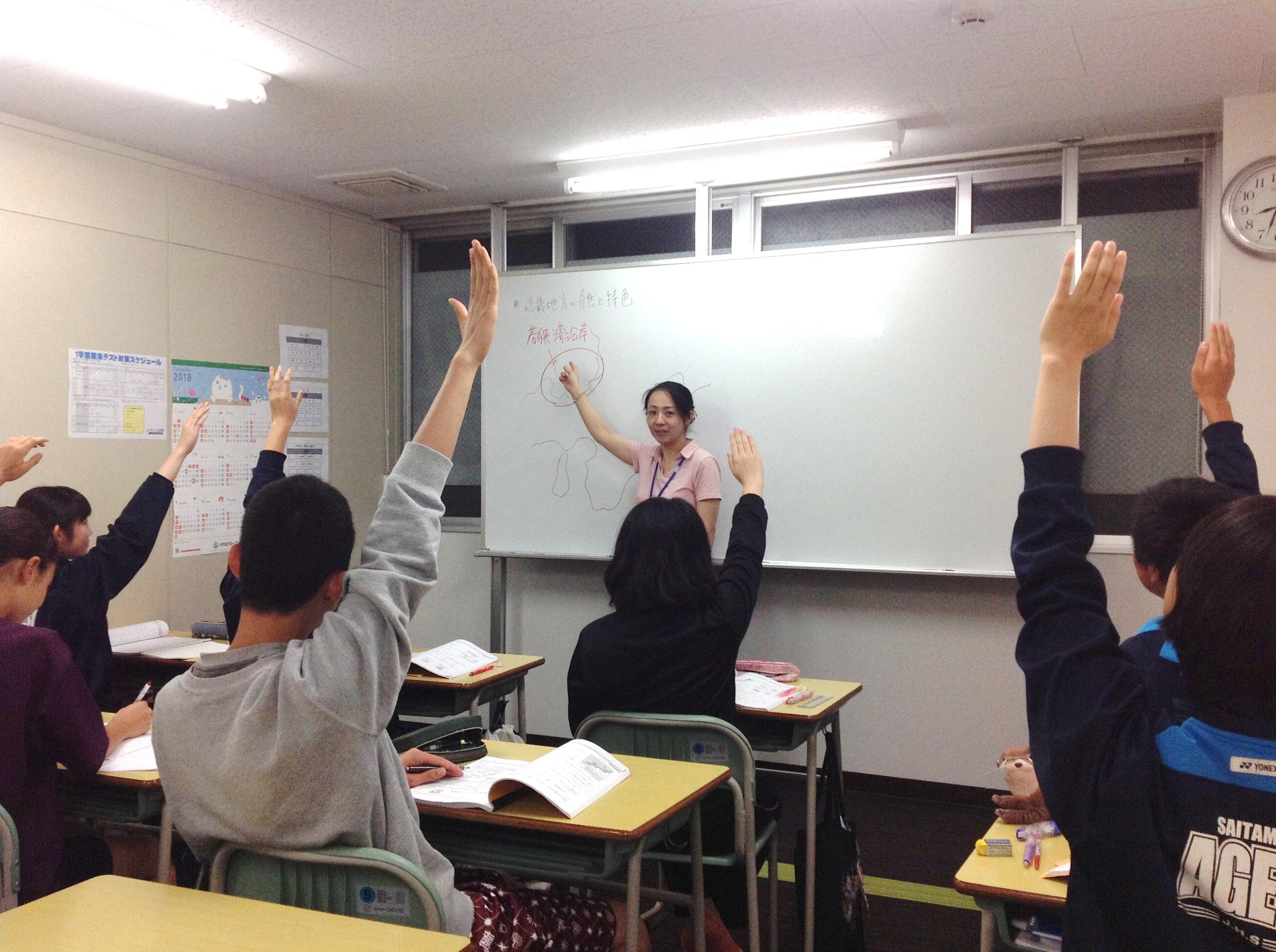 「塾の集団授業」としてイメージされる通りの授業の様子です。学校の授業の理解を深めるために予習先行型となっています。