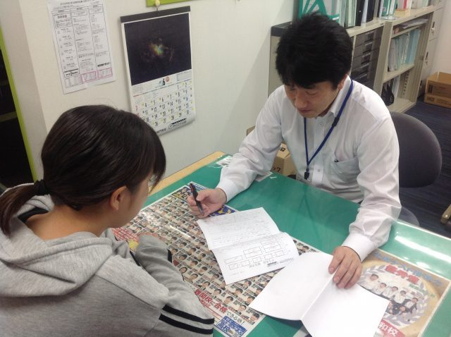 面談をしながら学力診断テストを返却し、学習アドバイスを行います。