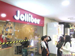 ジョリビーの店の前。写っているのはサイエイオンラインのスタッフ