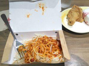 主食は何とスパゲッティ。フィリピンスタッフはスパゲッティとイカをよく食べていました。